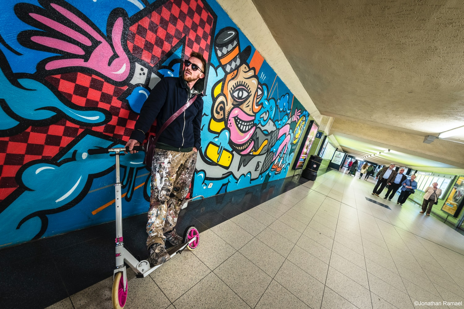 Graffiti-artiest met step voor street art in tunnel station Antwerpen-Berchem